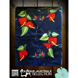 Les nappes rectangulaires 2.50 m 1er choix Madagascar anthuriums sur coton bleu foncé.