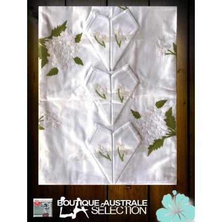 Nappe brodée Madagascar bouquet petites fleurs blanches