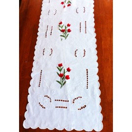 Les chemins de table 1er choix fleuries rouges: broderies recto et verso